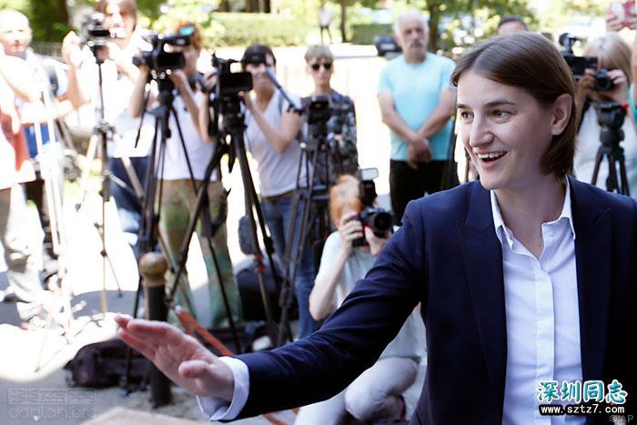 塞尔维亚首位同志总理宣誓就职