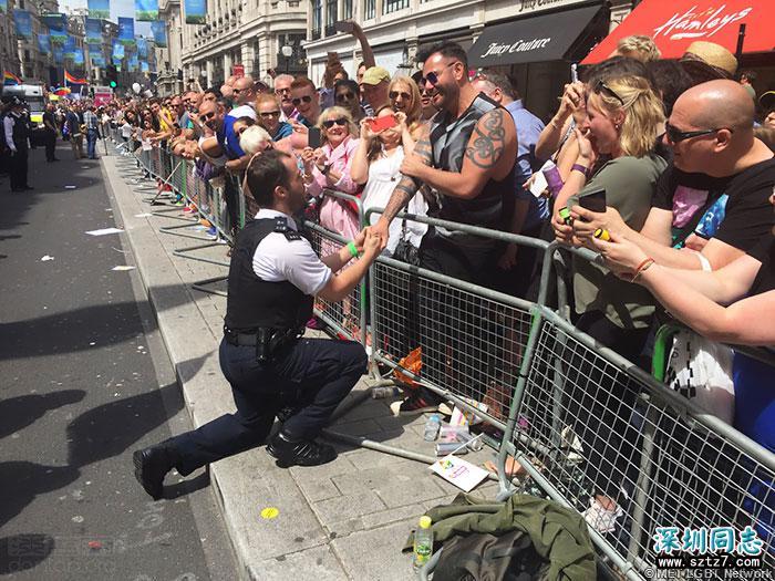 英国警察在同志巡游中求婚,却遭恶意抨击