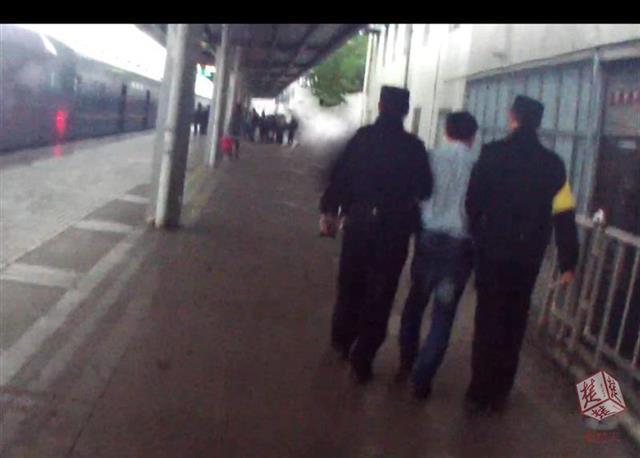 中年男子半夜摸醒另一名男旅客,被铁路警方拘留