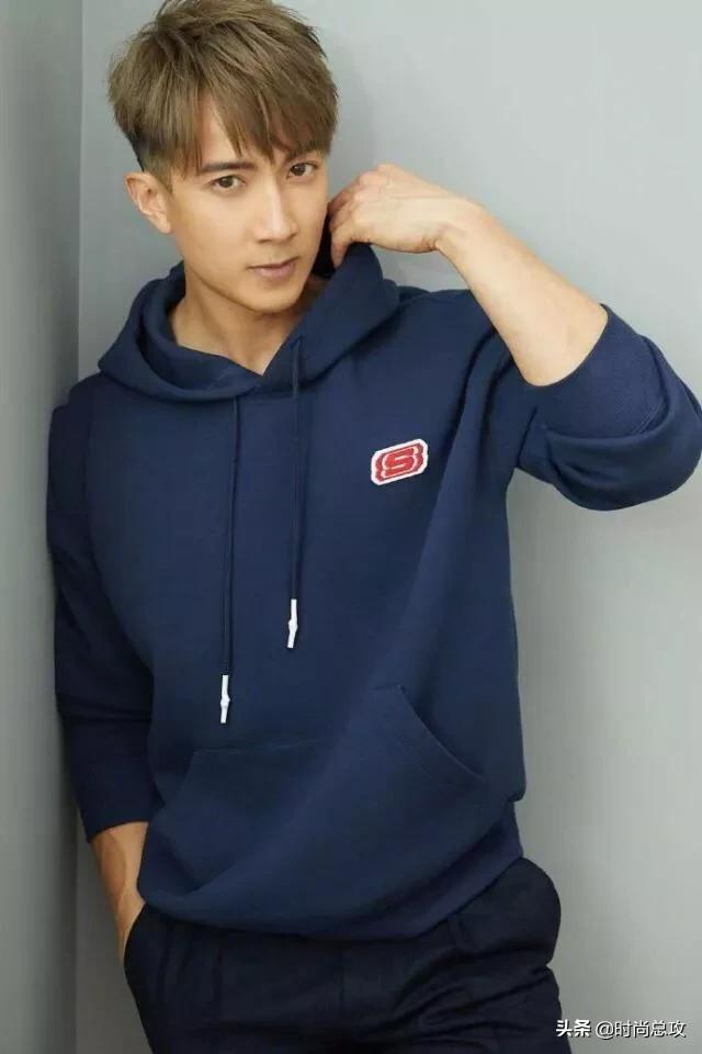 吴尊新造型可真是帅气,穿蓝色卫衣配黑色长裤,一点不像39岁