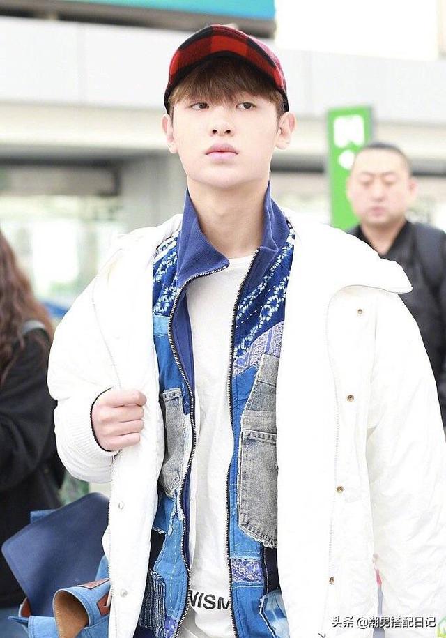 黄明昊现身机场,头戴鸭舌帽身穿三件套,不亏是街拍达人