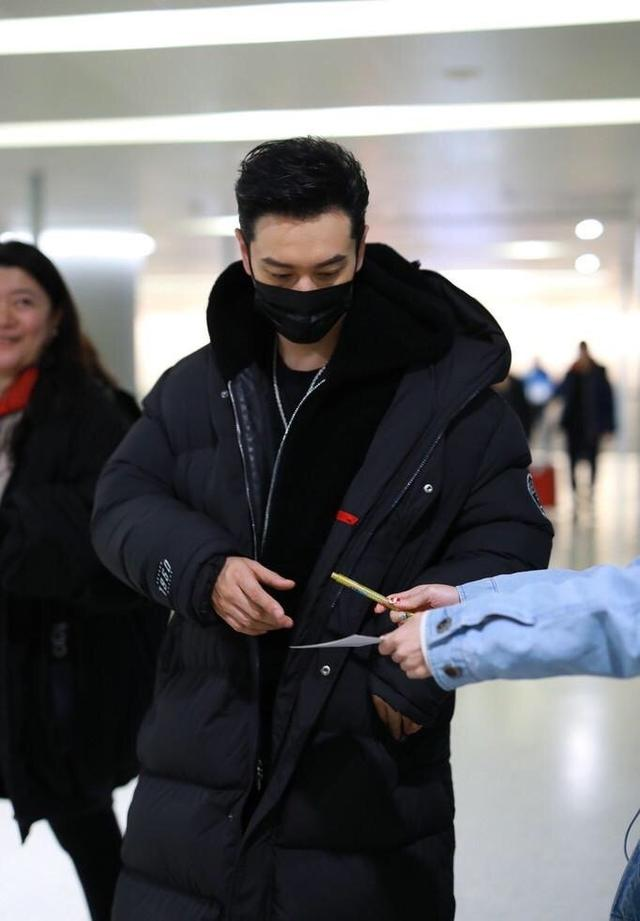 42岁黄晓明穿羽绒服现身机场,一身黑造型,十分帅气潇洒