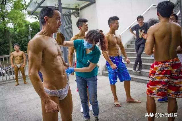55岁的环卫工人脱下衣服,完美的身材足以让年轻人羞愧的低头