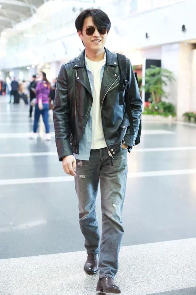 靳东不穿西装,换个风格,造型一样帅气时髦!