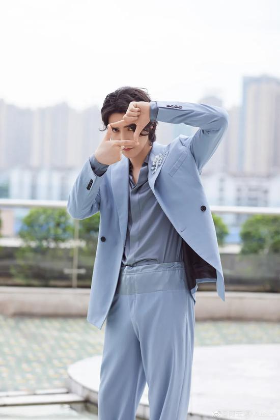 许魏洲徐明浩的夏日蓝色搭配技巧 清爽又阳光