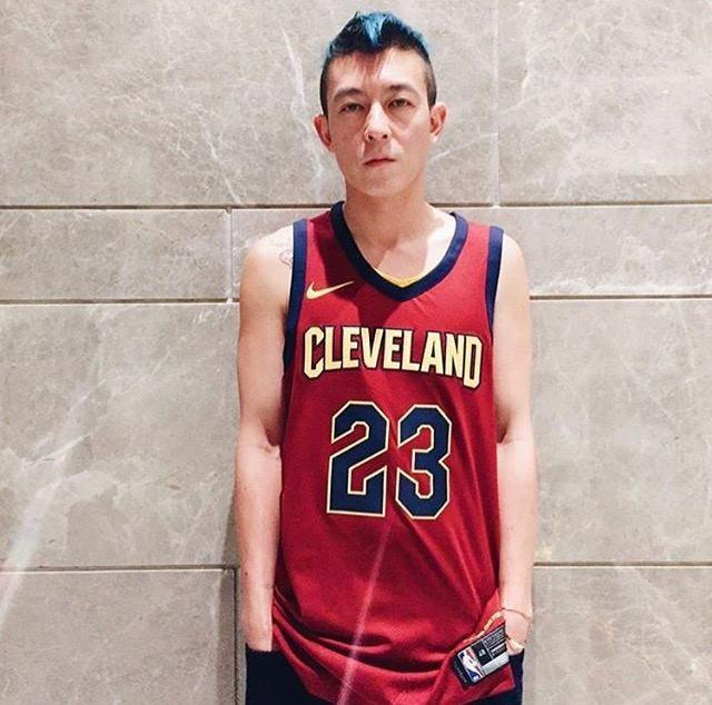 40岁陈冠希穿花裤子时髦轻佻,颜值衣品依然在线