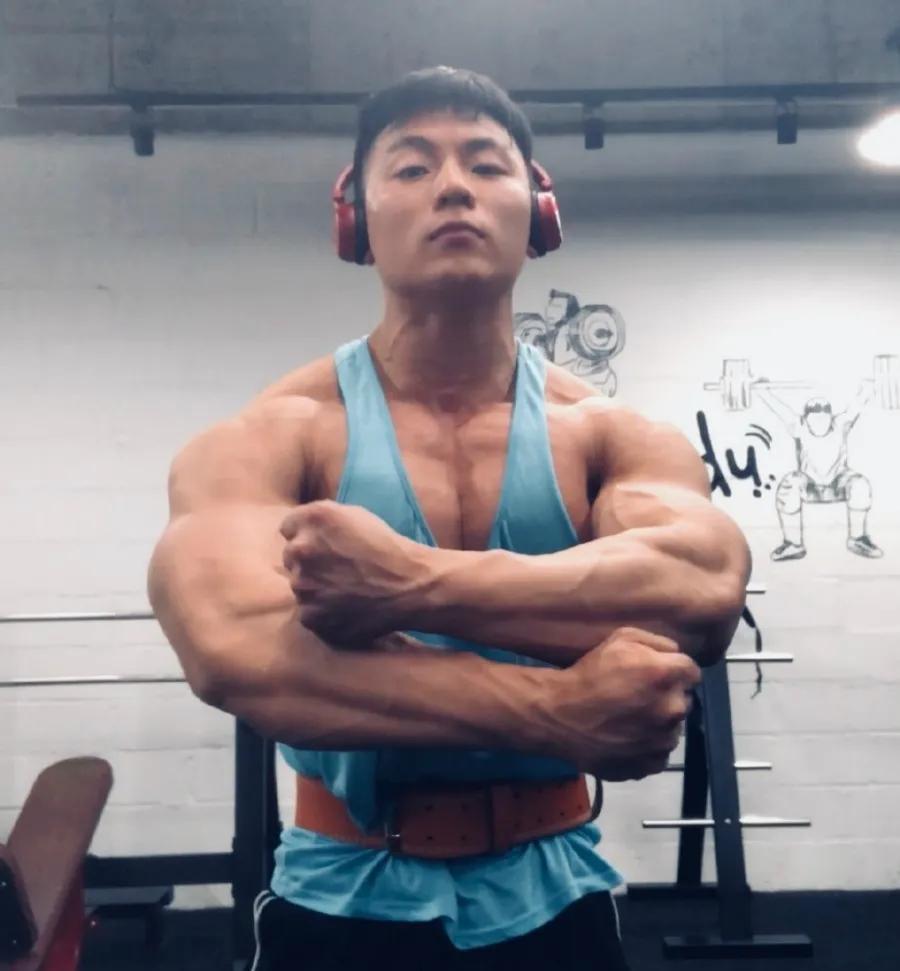 24岁小伙因肌肉身材被偷拍,正太脸金刚身,臂围超过45厘米